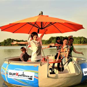 Gruppe na #Leuten erfreut ishc an ihrem BBQ iLand Boot