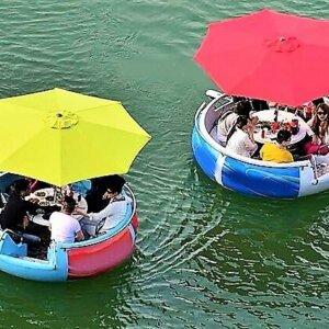 BBQ iLand Boote mit Leuten im Wasser