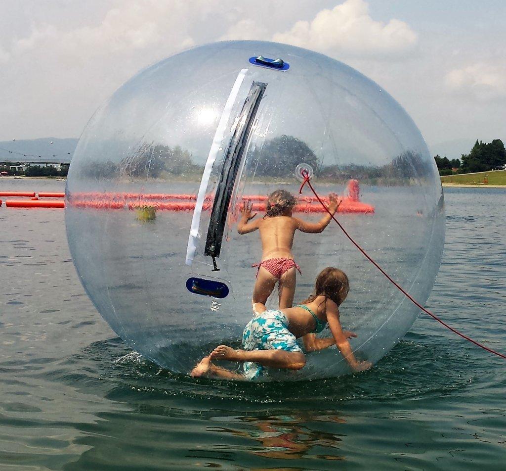 Water Walking Ball – Zwei Kinder in riesen Wasserball auf einem See