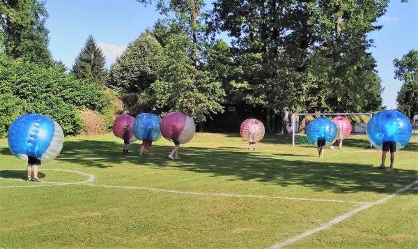 Bubble Soccer – Fußballmannschaft in Bällen