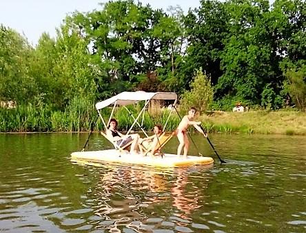 Drei Kinder paddeln auf ihrem CHILLiLand