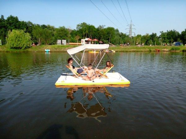 Drei Kinder auf ihrem CHILLiLand mit Sonnenschutz
