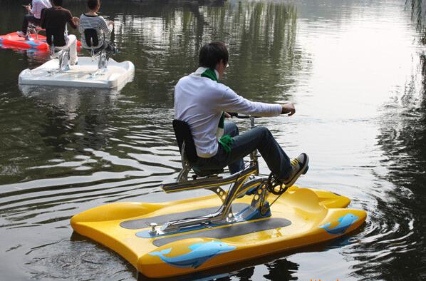 Mann in Bürokleidung auf gelbem Water Bike