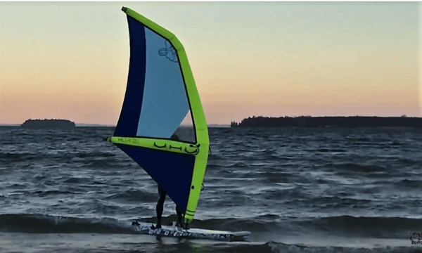Air Rigg aufblaßbares Surfrigg im Sonnenuntergang
