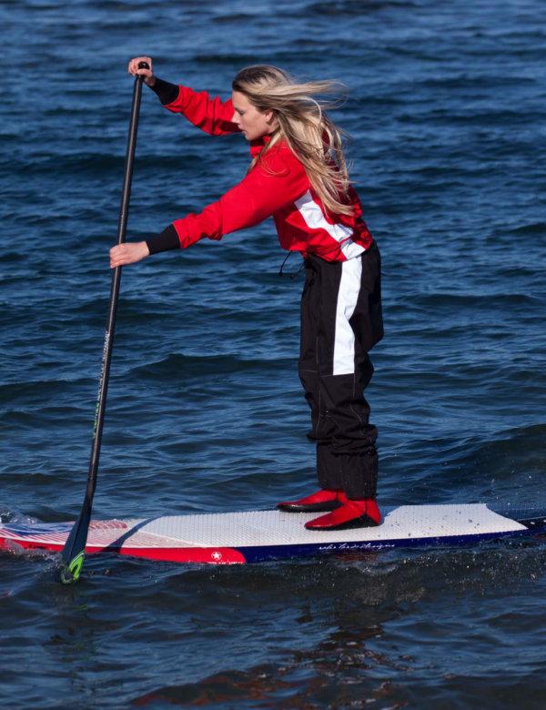 STANDOUT Drysuit Rot für Frauen gemodelt von Frau auf Wasser