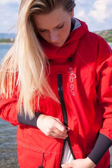STANDOUT Drysuit Rot für Frauen gemodelt von blonder Frau