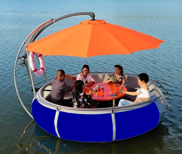 BBQ iLand – Fünf Personen trinken Bier und Sodas in ihrem BBQ iLand Boot auf dem Wasser