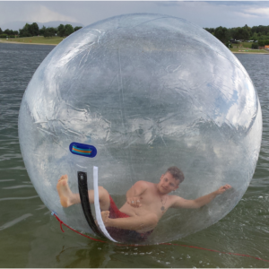 Junger Mann in Water Walking Ball