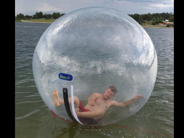 Junger Mann in Water Walking Ball