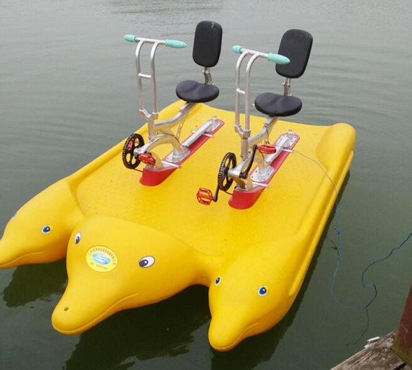 Water Bikes im Design von lustigen Delphinen gelb