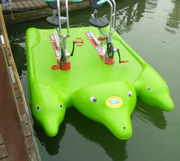 Water Bikes im Design von lustigen Delphinen grün