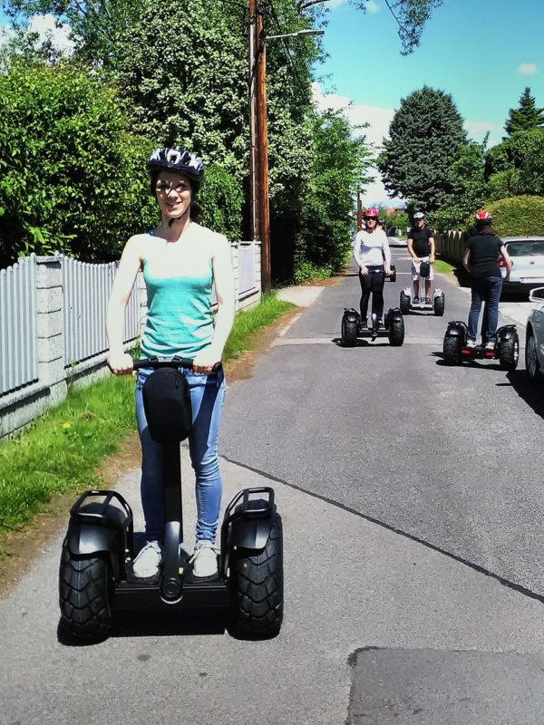 SUV-E-Offroad Ballance Scooter Tour durch ein Dorf