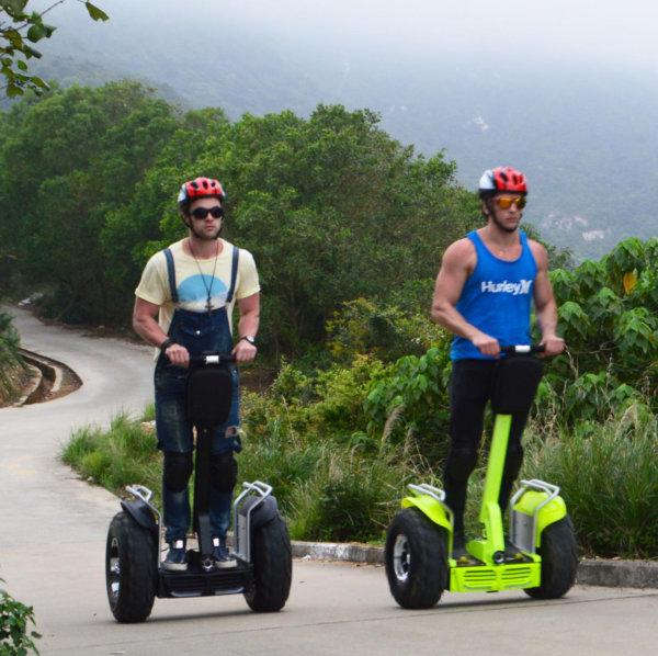 Zwei Männer auf ihren Suv-E-Offroad Balance Scootern unterwegs