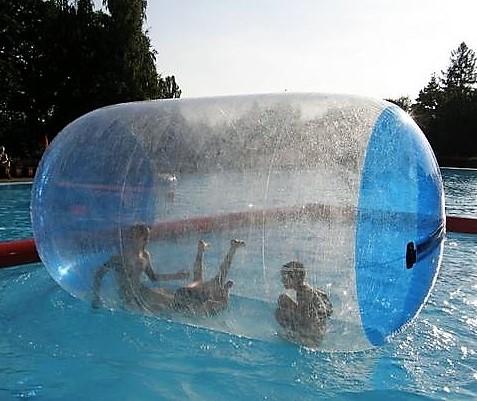 drei Kinder haben Spaß in einem Water Roller