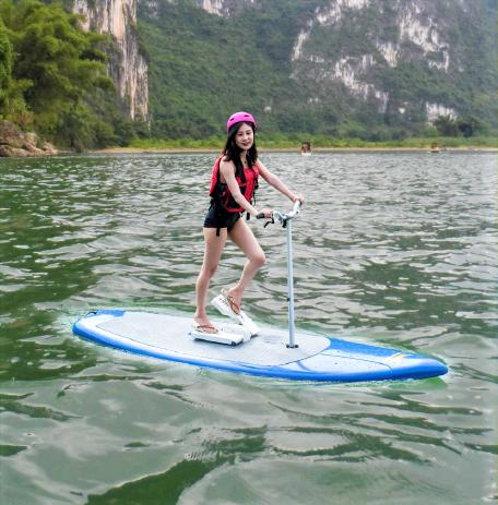 Frau auf Water Stepper SUP