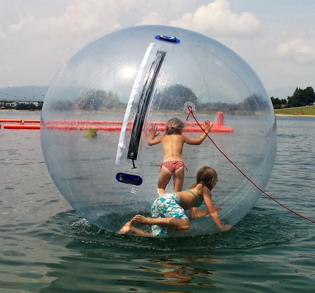Kinder in einem Water Walking Ball