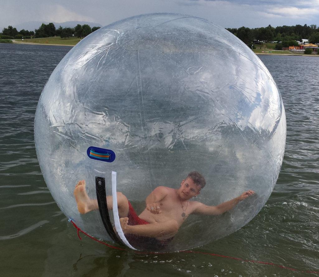 Junge in einem Water Walking Ball