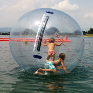 Kinder in einem Water Walking Ball